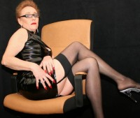Oma wichst mit Dir in Nylons vor der Sexcam